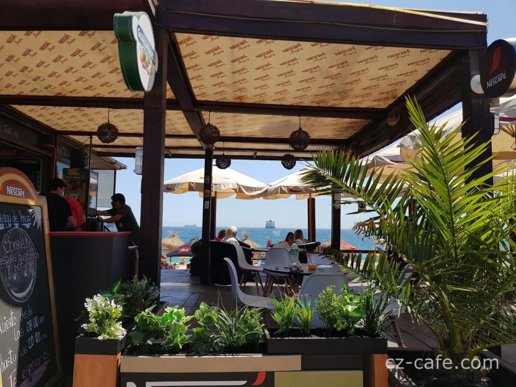 海沿いにならぶレストラン