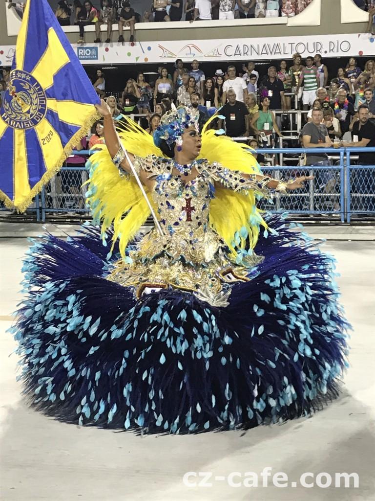 華やかな衣装をまといサンバを踊る女性