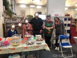 カフェでのお菓子提供ボランティア活動の仲間たちと